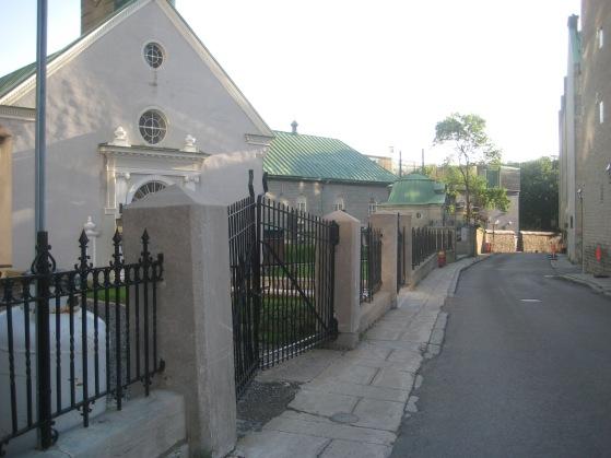 La chapelle et l'entrée du monastère des  soeurs Augustines, rue Charlevoix